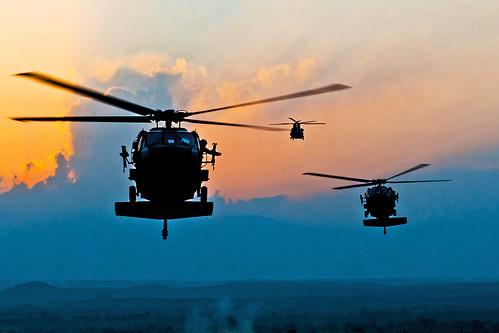 フリー写真素材, 乗り物, 航空機, ヘリコプター, 夕日・夕焼け・日没, UH- ブラックホーク, アメリカ陸軍,