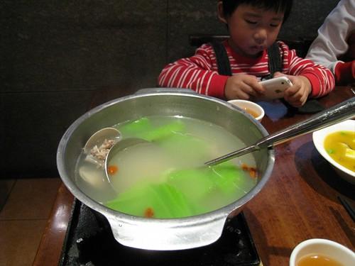 鮮美的芥菜排骨蛤蠣湯