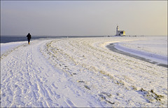 to the lighthouse (leuntje (on tour)) Tags: winter lighthouse snow netherlands marken ijsselmeer markermeer gouwzee paardvanmarken formerisland