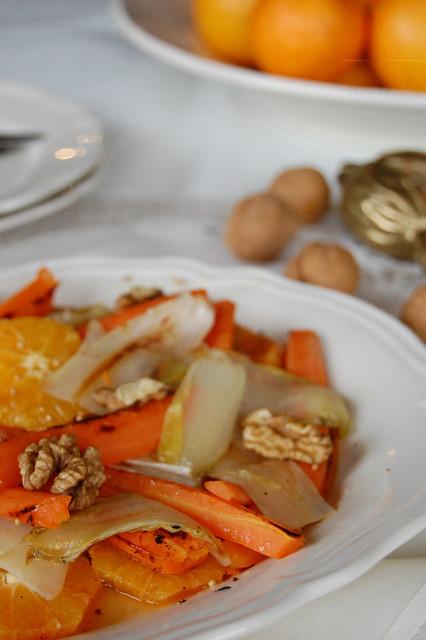 Insalata di indivia con arance e carote e salsa ai semi di senape