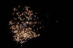 Fireballs of Gold (Ranveig Marie Photography) Tags: fireworks newyear newyearseve dark night celebration fyrverkeri rakett sky explode gold akershus kløfta ullensaker nyttår nyttårsaften sparkle nyttårsafta saintsilvestersday sylwester nytårsaften silvester silvestr nochevieja réveillondelasaintsylvestre veillondujourdelan gamlárskvöld oudejaarsavond silvesteravond nottedisansilvestro vésperadeanonovo raketter fyrværkeri feuerwerk kembangapi feudartifice flugeldar rakettur fuochidartificio vuurwerk sztuczneognie fajerwerki ilotulitushavaifişek images pictures photos ranveigmarienesse ranveignesse pics photographs bilder photography