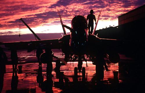 フリー写真素材, 乗り物, 航空機, 戦闘機, 夕日・夕焼け・日没, F/A- ホーネット, アメリカ海兵隊, シルエット,