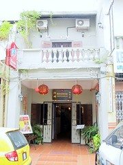 lorong hang jebat (off jonker walk), melaka - sunday 15-1-11. (chankooncheng) Tags: world city houses food heritage tourism cooking guests buildings cuisine walk livemusic off historic entertainment malaysia riverboat shops destination nightlife coffeehouse kampung jalan riverbank handicrafts hang melaka malacca curios inscription jonker peranakan nyonya prewar lorong kling riverine jonkerwalk keling nightspot jebat karabaukafe gelanggang jonke anqiques unescod