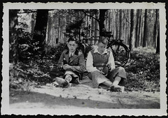 """Archiv H512 """"Zwei Landstreicher warten an der Strae Soltau-Bergen, 1. Pfingsttag 1937"""" (Hans-Michael Tappen) Tags: archivhansmichaeltappen radtour rad fahrrad jungen boys feldflasche knickerbocker outdoor fotorahmen 1930s 1937 1930er"""