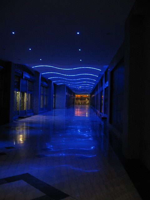 夜のアーケードのフリー写真素材