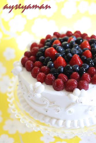 Bol böğürtlenli yaş pasta