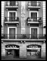 Casa Felix (-Benjamin-) Tags: barcelona voyage vacation blackandwhite bw cat canon casa spain europe felix s2is espagne barcelone