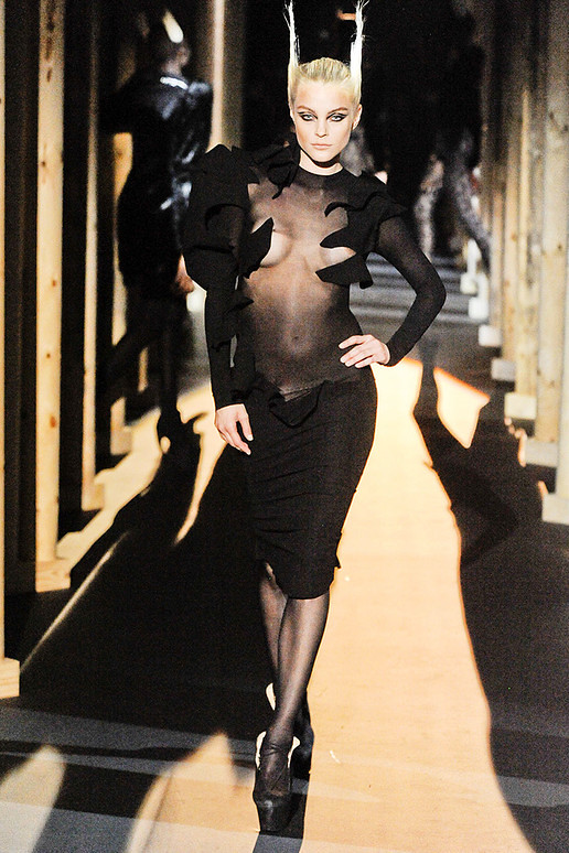 Thierry-mugler-FALL-2011-RTW-podium-031_runway