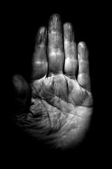 Hände erzählen Geschichten (Martin.Matyas) Tags: portrait blackandwhite bw black blackbackground canon dark hand finger porträt canonef50mmf18 palm stop sw schwarzweiss signal muster schwarz dunkelheit zeichen handsignal handschrift falten fingernägel palmofhand schwarzerhintergrund handfläche handzeichen eos400d thenar humanfinger lebenslinien schwarzweisfoto menschlichehand fingerfertigkeit ausderhandlesen