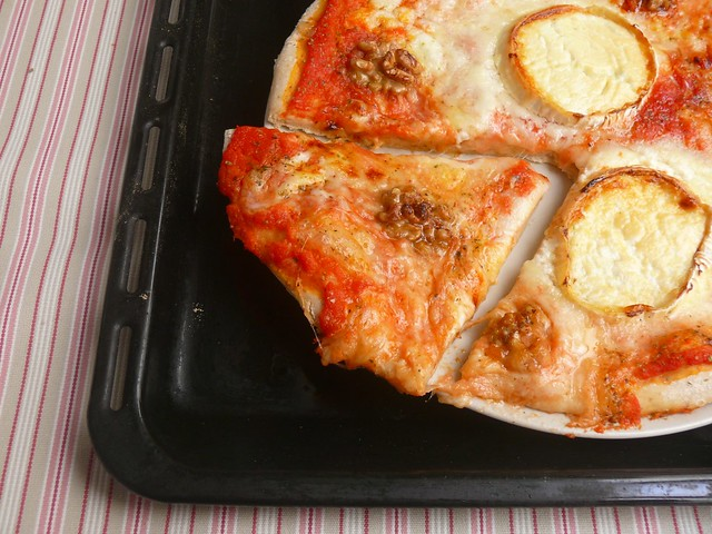 Pizza de formatge de cabra i nous