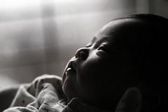 [フリー画像] 人物, 子供, 赤ちゃん, モノクロ写真, 201103230700