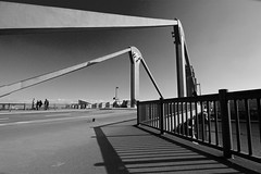 Frankfurt - Flerbrcke (Frankonius) Tags: bridge light shadow licht blackwhite frankfurt wideangle schatten balustrade gelnder weitwinkel schwarzweis flserbrcke
