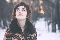 [フリー画像] 人物, 女性, 見上げる, アメリカ人, 201103312100