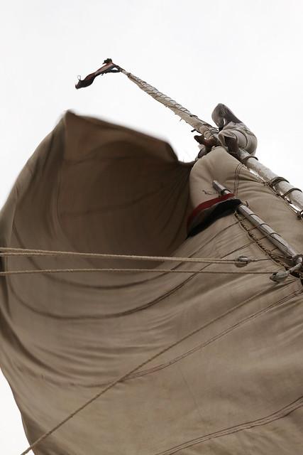 エジプト旅行 アスワン ファルーカのマストに登るキャプテン