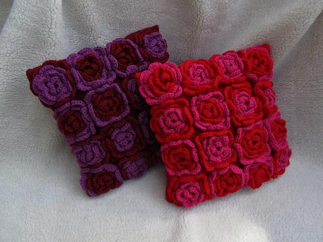 Подушка гачком з квітами