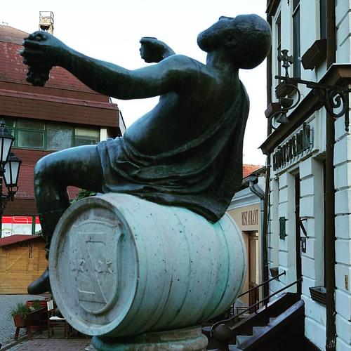 Скульптура перед входом в винные погреба Токая  Легендарный Токай  Венгрия  Токай   #ЖизньКакБольшоеПутешествие  #венгрия  #токай