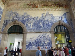 Top:  the Arrival of King John I and Philippa of Lancaster in Porto (1387). Bottom: Panel of azulejos by Jorge Colao (1864-1942) depicting Prince Henry (infante Henrique) the Navigator during the conquest of Ceuta (Linda DV) Tags: lindadevolder panasonic geotagged travel portugal porto europe 2016 citytrip oporto ribbet sobentotrainstation azulejos estaodesobento jorgecolao