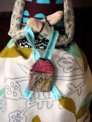 Art doll - Joy (Susana Tavares) Tags: flowers angel words wings doll bonecas dress arte mixedmedia patterns joy esculturas artdoll sculpter littlehouse pintadomo ateliersusanatavares clothandclay tecnicasmistas