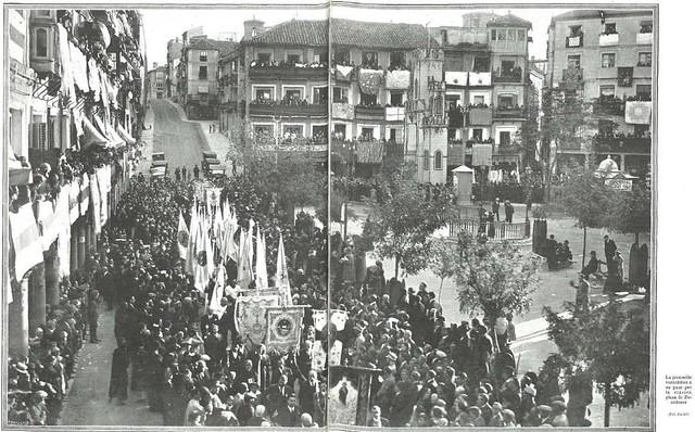 Urinarios de Zocodover en 1926 recién construidos. Procesión del Congreso Eucarístico Nacional