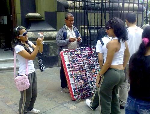 SE TOMAN FOTOS CON GAFAS DE SOL PARA SUBIRLAS A FACEBOOK