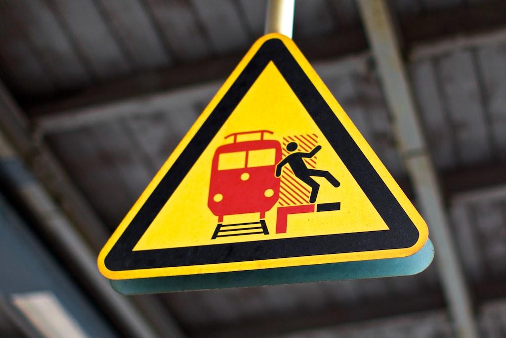 Bahnsteigkantenschild; copyright 2011: Georg Berg