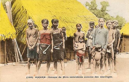 ANNAM - groupe de mois considérés comme des sauvages