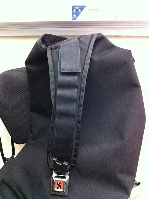 Messenger bag with wide shoulder pad