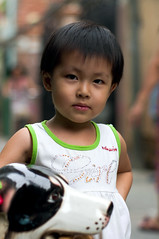 (kuuan) Tags: street girl kid backalley child pentax takumar f14 vietnam m42 mf saigon manualfocus hcmc kx wideopen pentaxkx district3 smctakumarf1450mm backalleyindistrict3 abackalleyindistrict3