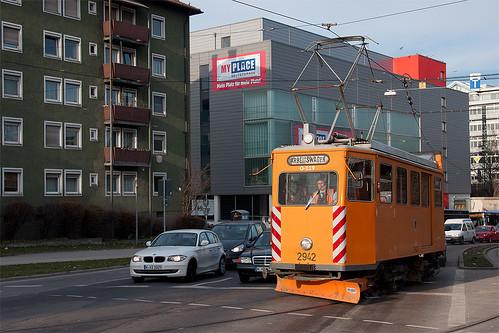 Von der Hauptwerkstätte kommend biegt Fk-Wagen 2942 auf die Gleise der Linie 27 ein