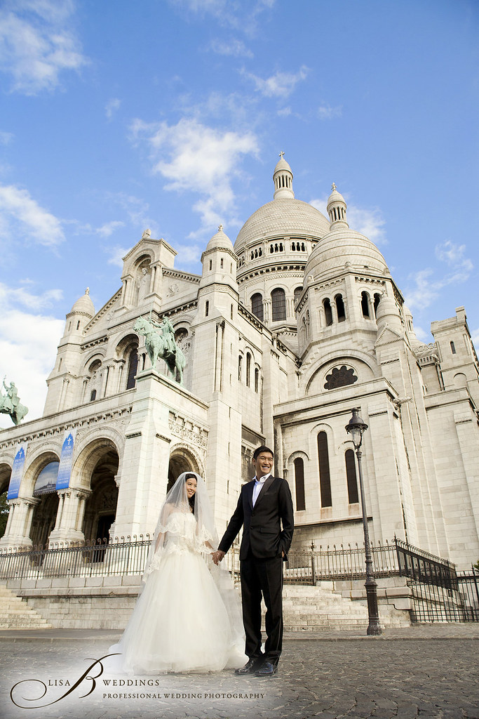 wedding photos outside Sacre Coeur cathedral