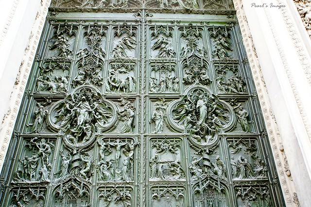 充滿聖經故事的青銅門