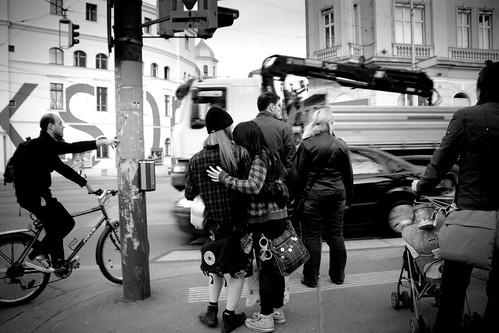 Una pareja frente a la Volksoper