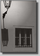 Wohsda schwoaze Fiaka darzöht: (Walter A. Aue) Tags: derschwarzefiaker midanschwoaznfiaka walteraaue schwarzweiss haiku wienerhaikerl weanahaikal blackandwhite touristenphotos touristphotos wien wean vienne vienna oesterreich austria autriche viennese dialect wienerdialekt fiakerdialekt 2003 copyrightwalteraaue20032016 scan analogphotographs lamp shadow house wall window digitallyaltered