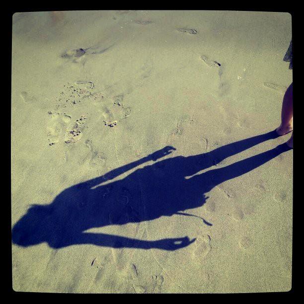 沙滩上同学的影子。  @半年前santa monica