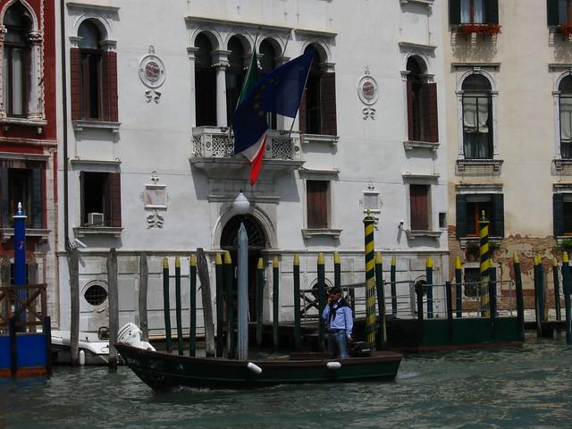 ヴェネツィアのゴンドラと国旗のフリー写真素材