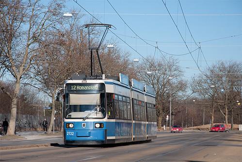 Wagen 2132 hat Dienst auf der Linie 12 und erreicht in wenigen Augenblicken den Leonrodplatz
