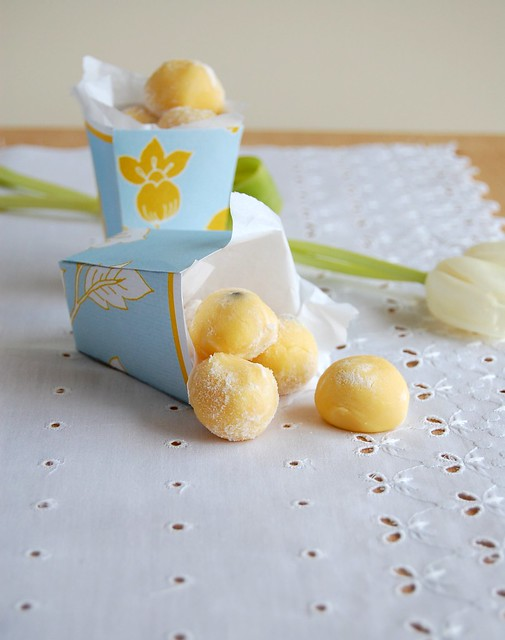White chocolate passion fruit truffles / Trufas de chocolate branco e maracujá