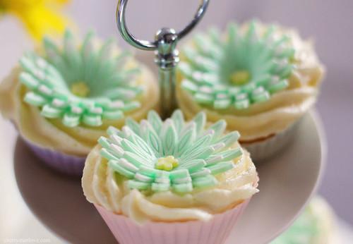 Spring Daisy Cupcakes -Cherry Menlove