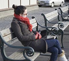 þemaklúbburinn/fólk á förnum vegi (helga 105) Tags: red girl scarf iceland stúlka trefill helga105 sitjasittingrautt hanskarglovesísland
