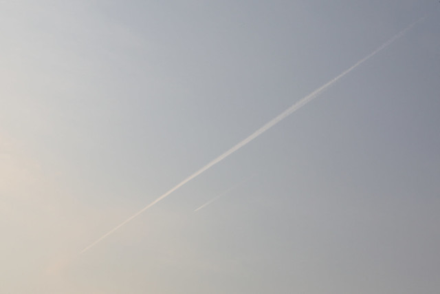 淡い飛行機雲