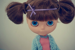 Porque ela ainda é criança.. (Bruna Lacrout ☆) Tags: lana azul bigeyes doll blueeyes portoalegre rosa blythe criança feltro brunette bangs custom lilás lã laço cuthair rbl ribon urbancowgirl ucg takaratomy carvedlips sonya230