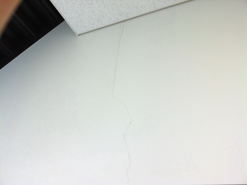 Grietas en el edificio de nuestra empresa construido por Shimizu Corporation