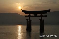 Miyajima - Itsukushima-jinja shrine (Rolandito.) Tags: sunset silhouette japan temple photo gate shrine miyajima nippon torii japon jinja refelction tempel itsukushima schrein itsukushimajinja