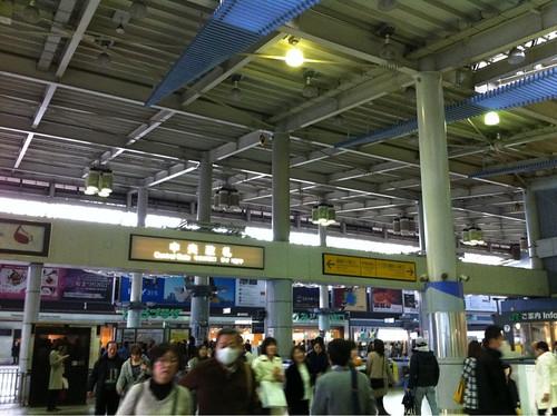 薄暗い品川駅中央改札