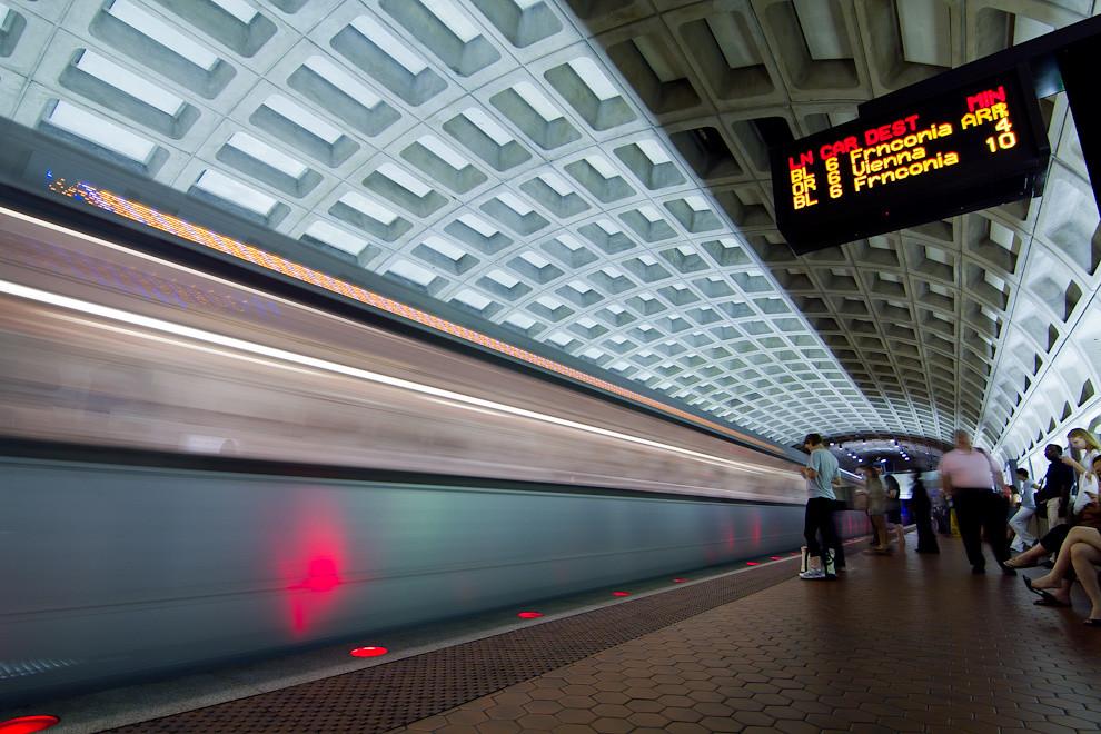 El Metro de Washington (oficialmente Metrorail) es el sistema de metro de Washington, D.C. y las comunidades vecinas en Maryland y Virginia. Es el segundo metro con más pasajeros de Estados Unidos, solo superado por el Metro de Nueva York. Ofrece un servicio excelente y rápido para trasladarse a los distintos puntos de la ciudad.  (Tetsu Espósito - Washington, Estados Unidos)