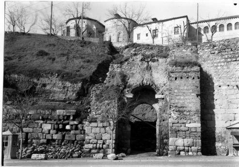 Restauración de la Puerta de Alcántara en los años 60. Archivo Rodríguez