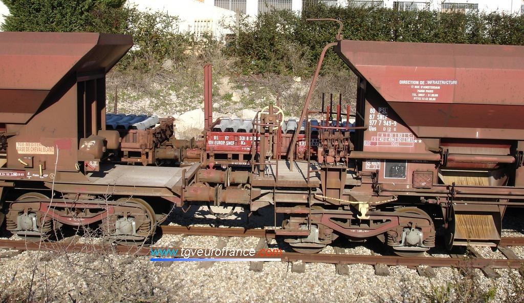 Détail d'accouplement entre deux wagons de transport de ballast à Aix Les Milles
