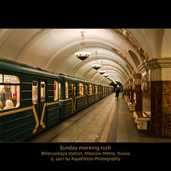 Sunday morning rush (Papafrezzo,  2007-2012 by www.papafrezzo.com) Tags: morning red green station underground metro russia moscow perspective platform rush marble rusland moscowmetro belorusskaya metromoscow koltsevaya