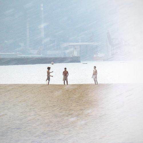 chicos jugando en la playa by vdorse