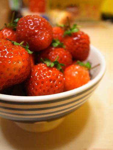 今年的第一小盆草莓